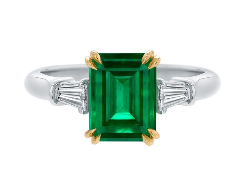 5- Harry Winston: Classic Winston Symbol of hope, fertility and financial well-being within the couple, the emerald is supposed to break itself when an adultery is committed... or that's what the legends says. In the meantime, the Emerald-cut Emerald-Ring by Harry Winston is set with tapered baguette diamond side stones mounted on platinum ring and 18K yellow gold prawns.
