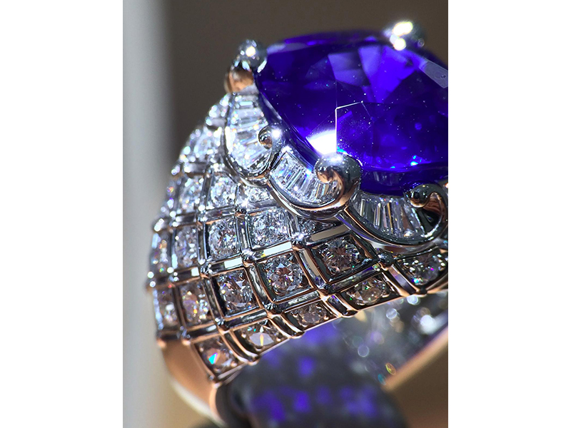 Van Cleef & Arpels Vague Céruléenne ring cushion-cut sapphire and diamonds