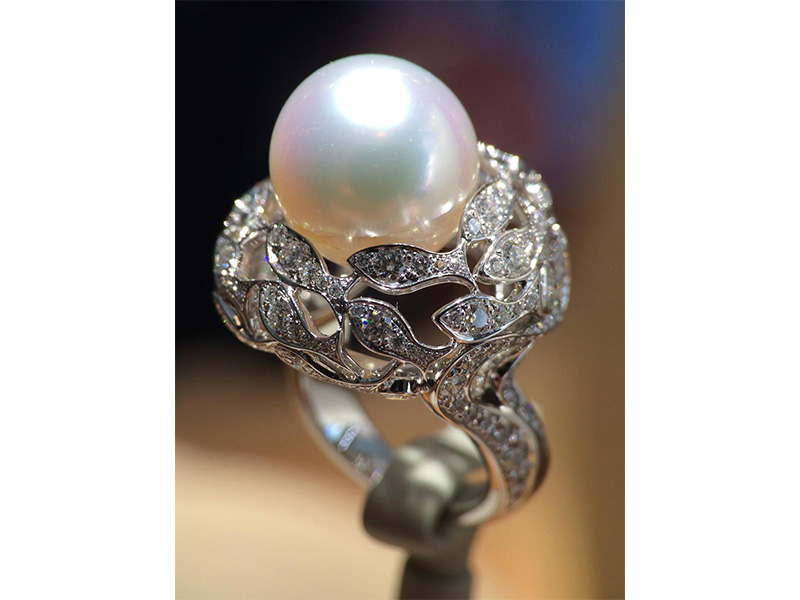 Van Cleef and Arpels Bal sous-marin ring white cultured pearl and diamonds diamonds