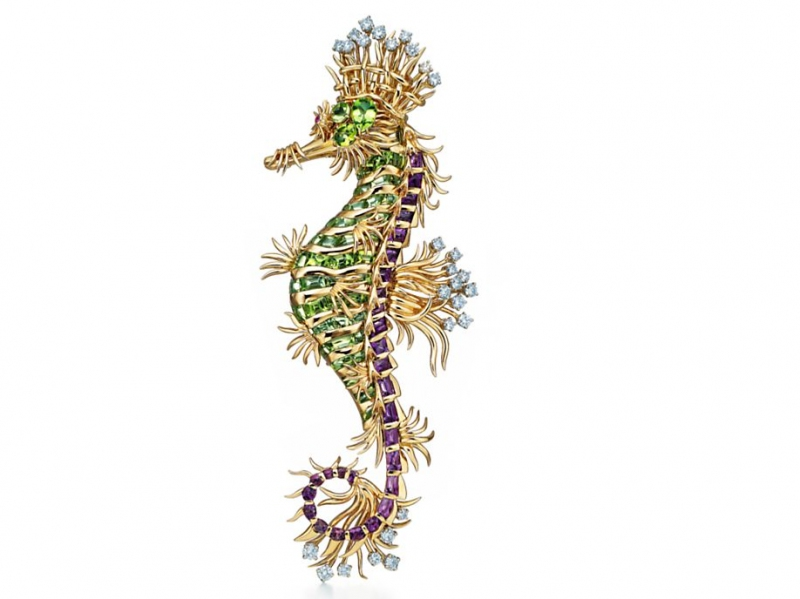 7- Tiffany & Co. and Schlumberger The clip seahorse is mounted on 18 carat gold and platinum with peridots, diamonds and amethysts that adorn one pink sapphire for a total carat weight of 9,88 cts.