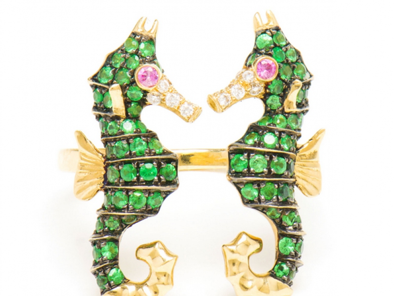 10- Yvonne Leon The double sea-horse ring is mounted on yellow gold with diamonds, green tsavorites and pink sapphire. ~ 2'550 Euros.