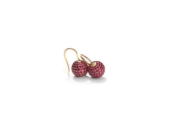Shamballa Hook Earrings mounted on yellow gold with pink sapphire