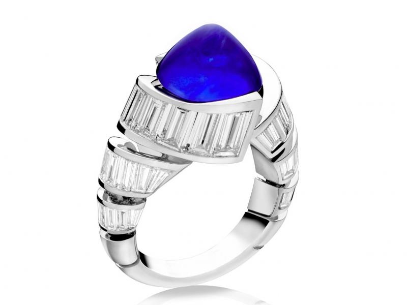 Alexandre Reza - Bague turban montée sur platine avec saphir bleu cabochon et diamants taille baguette.