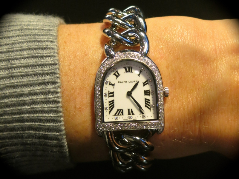 Stirrup Chain Link by Ralph Lauren, an interesting piece worth checking out. Well-known for it fashion style rather than horological prowesses, Ralph Lauren came up with a surprising piece: the Stirrup Chain Link watch with snowfall diamond setting on the bezel, a mother of pearl dial, and a stainless steel chain bracelet. A surprising light weight watch, a super pretty diamond rendering topped with a super price! (~ 4'500 Euros)