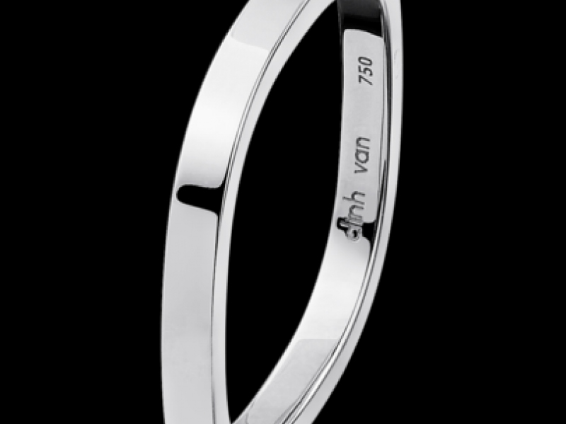 Dinh Van- Alliance Carrée The 2mm thick square white gold wedding band has been Dinh Van's signature for many years. (~ 640 Euros)