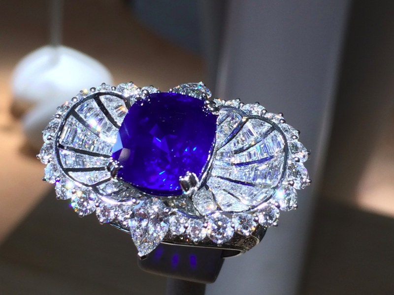 Van Cleef and Arpels Mer de Sindh ring cushion-cut sapphire and diamonds