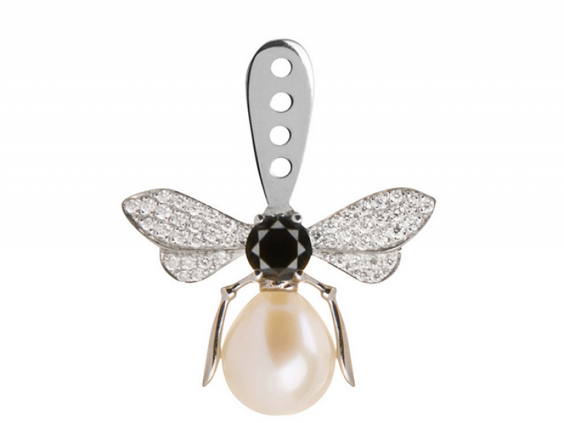 1- Yvonne Léon and her single bee earring with a pearl and diamonds is an absolute necessary! (~ 2000 Euros)