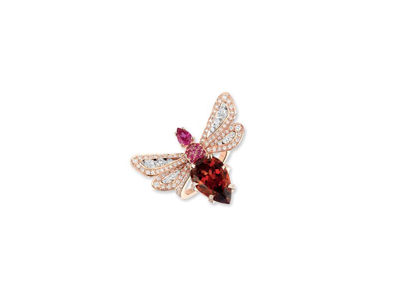 """Chaumet - Bague Jardins """"Abeille"""" montée sur rose sertie de diamants, saphirs roses avec un saphir rose en forme de poire et un grenat malaya en forme de poire"""