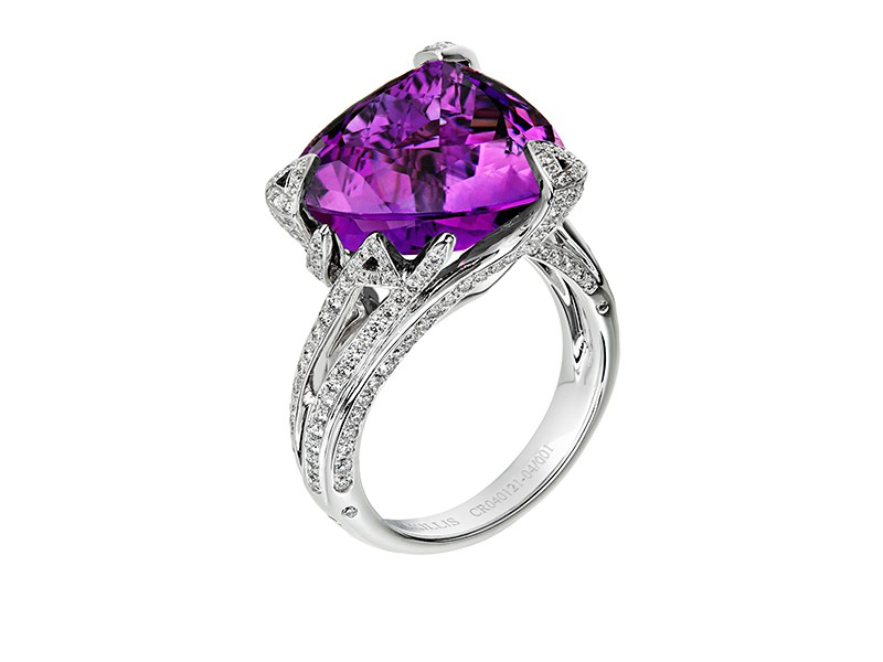 Akillis Cruella ring mounted on white gold with white diamonds and amethyst
