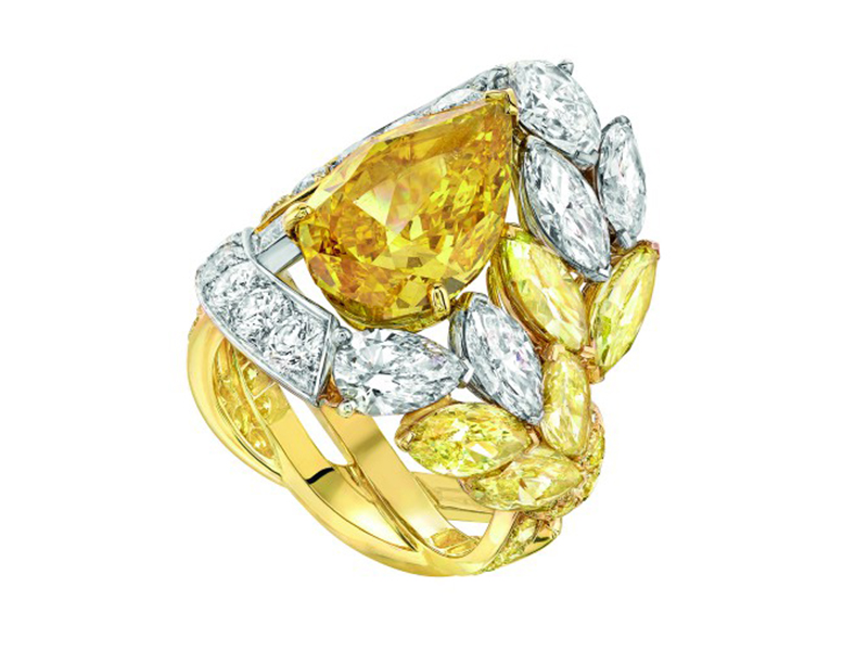 Chanel Épi Solaire ring in platinum and yellow gold set with a pear-cut 5.4-carat fancy vivid orange yellow diamond, yellow diamonds and diamonds.