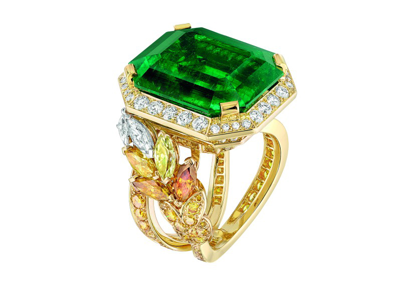 Chanel Épi Vendôme ring mounted on yellow gold set with an 18.2-carat emerald, 8 marquise-cut multicolored diamonds, 84 brilliant-cut fancy intense orange diamonds, 92 brilliant-cut diamonds and 4 fancy-cut diamonds