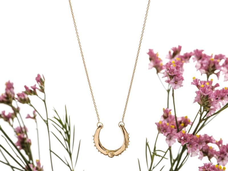 Eli-o Iris necklace mounted on yellow gold, ~ CHF 1'005