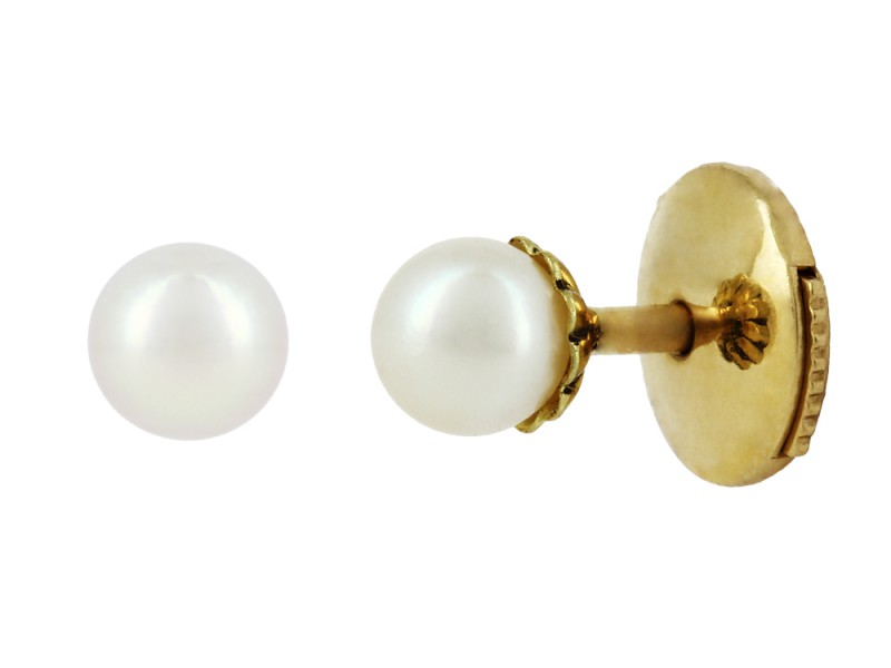 Yvonne Leon These studs mounted on yellow gold with akoya pearls are available at the Pop Up - CHF 475
