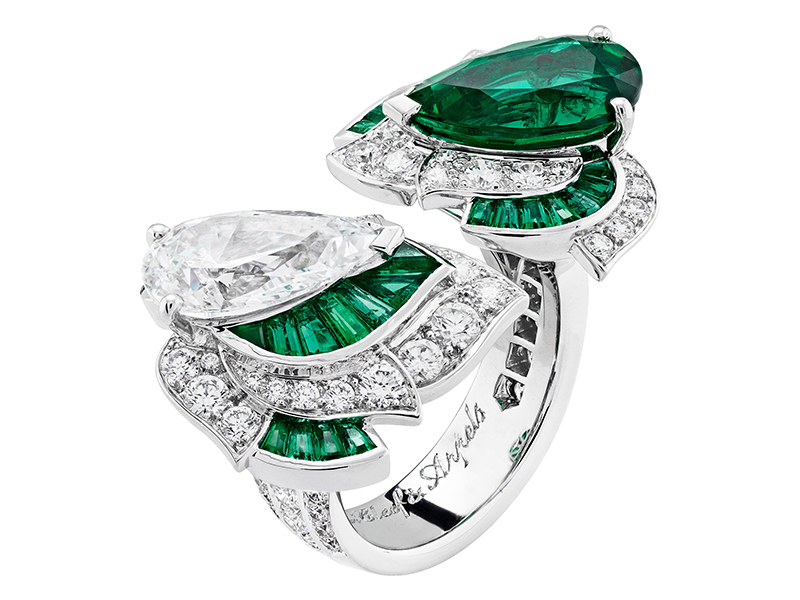 Van Cleef & Arpels Lune d'eau between the finger ring mounted on white gold, platinum, round diamonds, baguette-cut emeralds, one pear-shaped D IF diamond of 3.03 carats, one pear-shaped emerald of 3 carats (Zambia).
