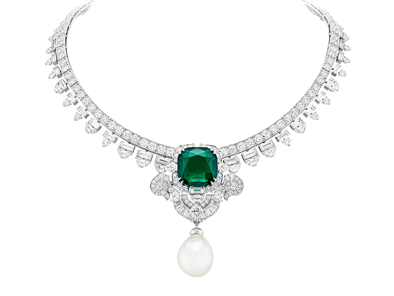 Van Cleef & Arpels Serrania necklace mounted on white gold, platinum, round, square-cut, baguette-cut, half-moon and pear-shaped diamonds, one natural white pearl of 26.82 carats, one cushion-cut emerald of 26.43 carats (Colombia). Detachable clip and natural pearl.