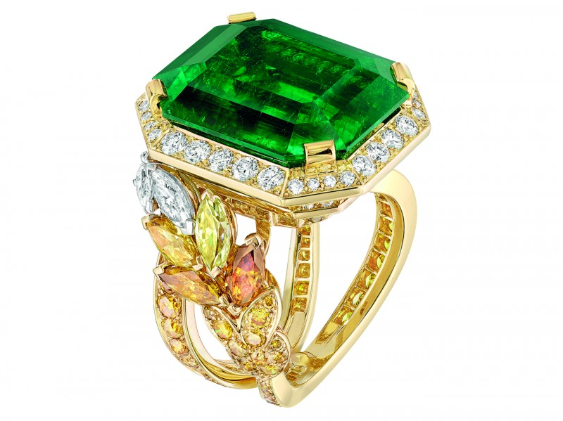 Chanel Épi Vendôme ring mounted on yellow gold set with an emerald, 8 marquise-cut multicoloured diamonds, 84 brilliant-cut fancy intense orange diamonds, 92 brilliant-cut diamonds and 4 fancy-cut diamonds