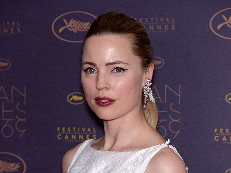 Piaget Melissa George wore a Sunny Side of Life ear cuff set with a pink sapphire centre stone, pink tourmalines and diamonds.