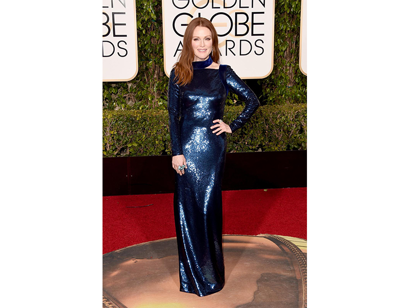 Julianne Moore Wears Chopard Jewelry with platinum earrings set with brilliant cut diamonds (28cts), she also wears an 18ct white gold set with featuring an emerald-cut diamond (12cts) and brilliants (1ct) as well as a titanium ring set with Paraiba tourmalines (18cts), brilliants (3cts) and a rose cut pear-shaped diamond.