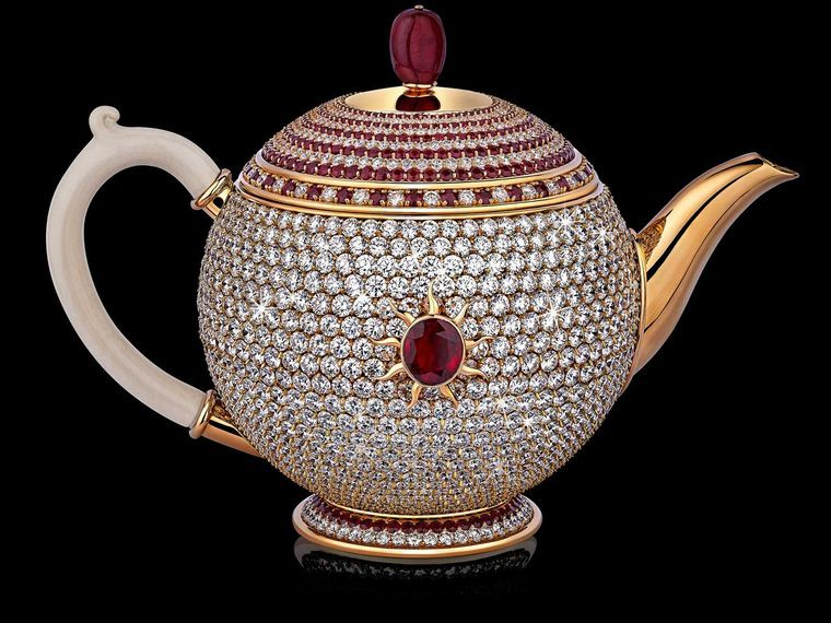 The diamonds and ruby egoist Set with 1658 diamonds and 386 rubies, with a centrepiece of a super-fine Thai ruby. The lid features natural ruby beading and the handle is made of mammoth ivory.