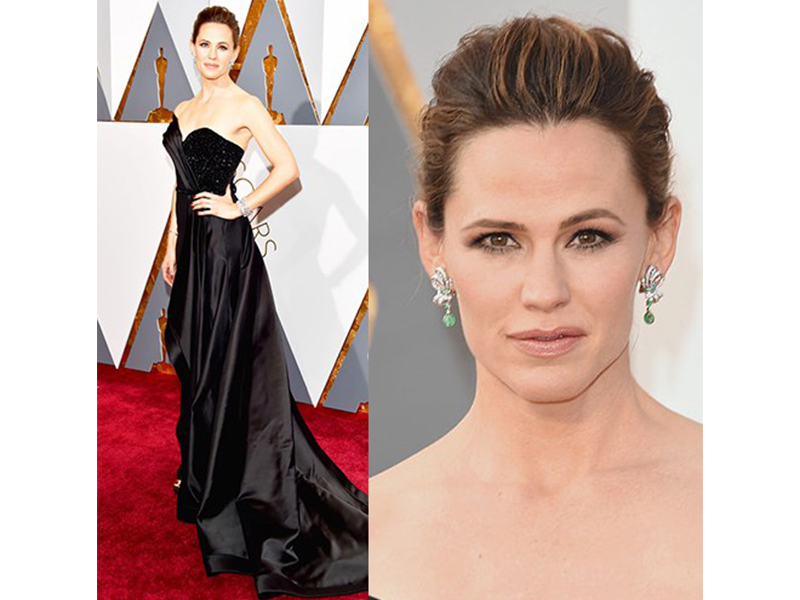 Neil Lane Jennifer Garner wore 4 diamond and platinum bracelets with diamond, emerald and platinum swirl drop earrings. She also wore large 10 carat emerald cut baguette diamond and platinum ring Oscars 2016