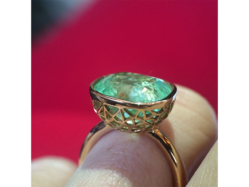 Atelier Molinari La denteliere ring mounted on yellow gold with emerald