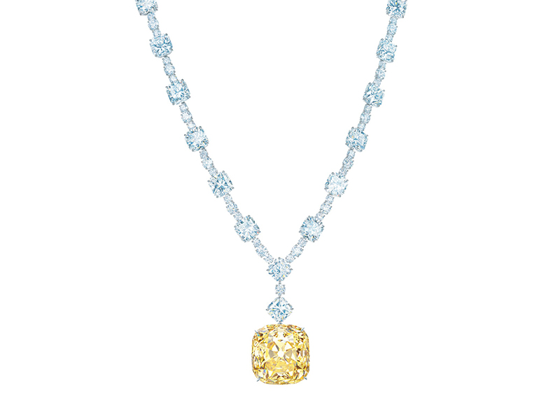 Tiffany & Co. - Collier en platine serti d'un diamant jaune de 128.54 carats ainsi que 16 diamants blancs taille coussin de plus de 80 carats au total et de 46 diamants blancs ronds de plus de 15 carats au total
