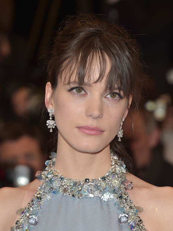 Chopard Stacy Martin wore earrings in 18ct white gold set with diamonds and a ring in 18ct white gold set with a sapphire and diamonds, all from the High Jewellery Collection. Cannes 2017 red carpet