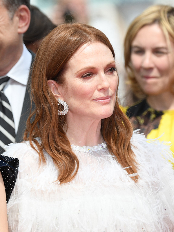 Chopard Julianne Moore wore earrings in 18ct white gold featuring diamonds, a ring in 18ct white gold set with diamonds and a ring in 18ct white gold featuring diamonds, all from the High Jewellery Collection. Cannes red carpet 2017