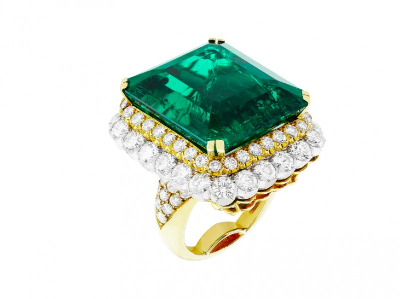 Van Cleef & Arpels (c) Ring in yellow gold, one emerald-cut emerald of 35.35 carats (Colombia), platinum and round diamonds. Heritage collection, 1958.