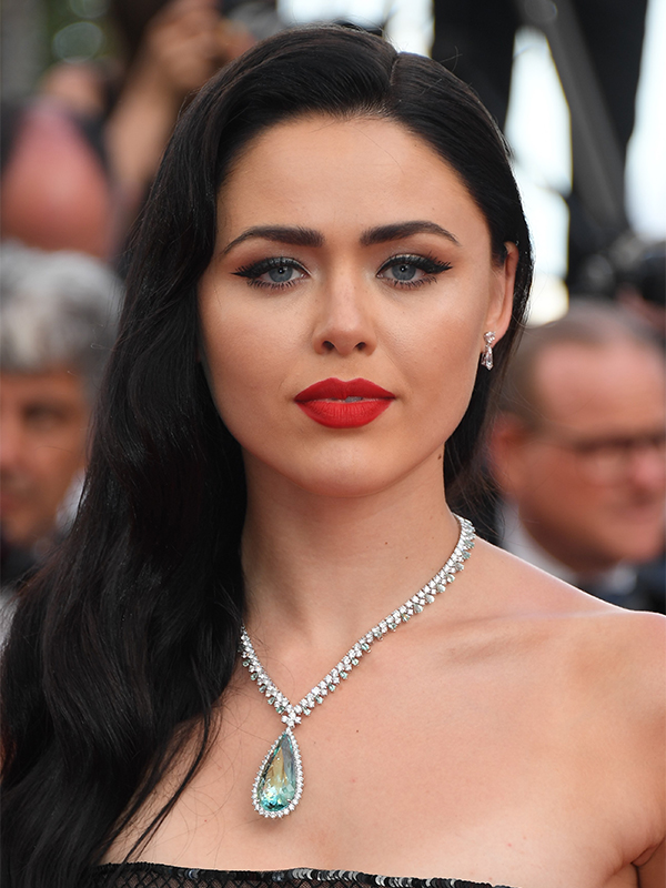 Chopard Kristina Bazan wore a necklace in 18ct white gold featuring a pear-shaped beryl, beryls and diamonds and a pair of earrings in 18ct white gold set with diamonds, all from the High Jewelry Collection. Cannes red carpet 2017