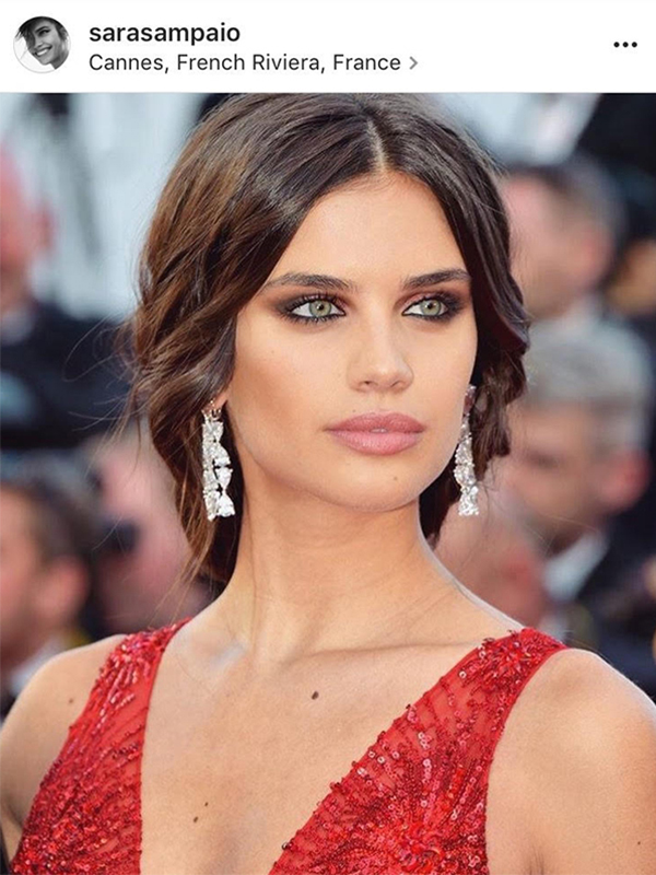 De Grisogono Sara Sampaio wore High Jewelry white diamond earrings, a ring mounted on white gold set with white diamonds and rubies and a white gold Florinda bracelet.