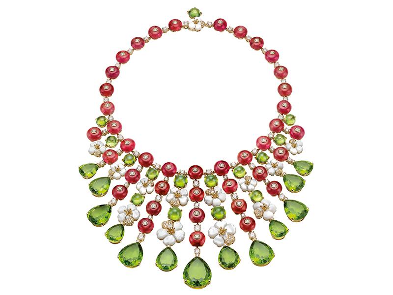 Bvlgari - Collier de haute joaillerie monté sur or jaune avec 40 perles rondes de rubellite, 28 perles poire et péridot rondes et diamants pavés