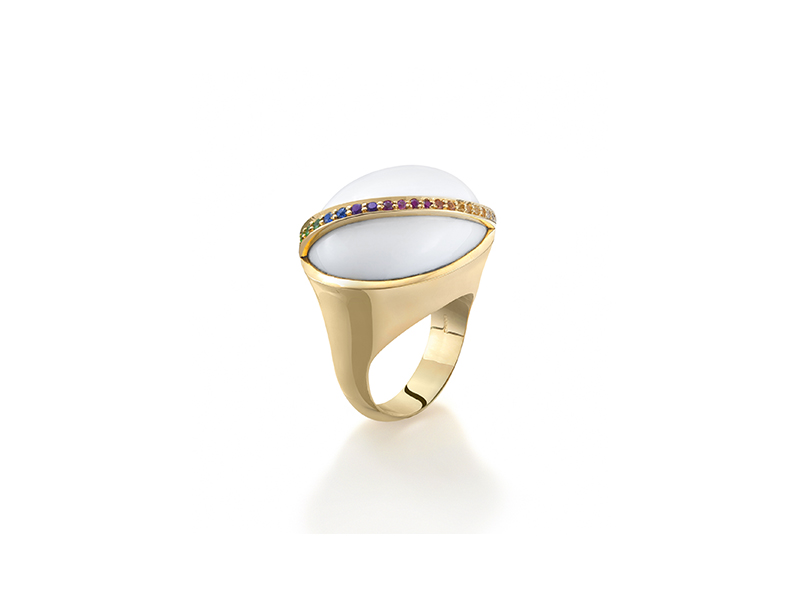 Robinson Pelham Bell ring mounted on yellow gold set with white onyx cabochon and a rainbow sapphire, tsavorite and diamonds - 5700 £