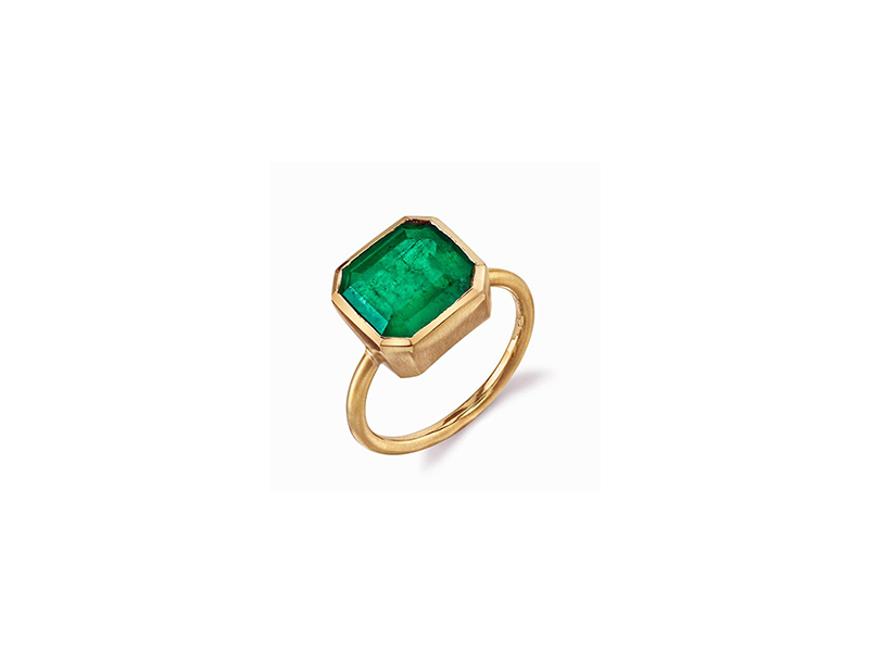 Irene Neuwirth Emerald ring mounted on yellow gold with a Colombian emerald