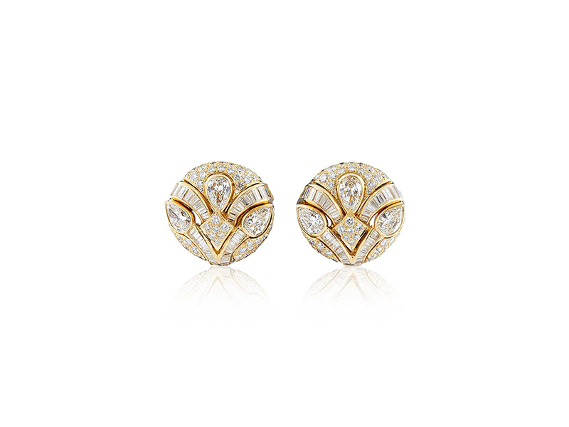 Blue Nile Estate diamond button earrings mounted on yellow gold with baguette diamonds ~ CHF 50'000