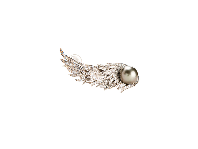 Pristine Wing ear cuff mounted on white gold with white diamonds grey pearl 8400€