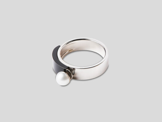 Tarsis Stanå ring in 18k white gold, AAA white freshwater cultured pearl and black onyx