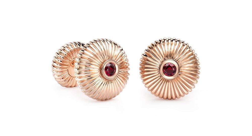 Boutons de manchette Fabergé cannelés en or rose avec rubis