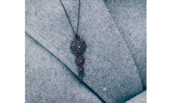 Laura Sayan Collier Yeraz Dream Catcher or noir rhodié diamant noir diamant blanc rubis