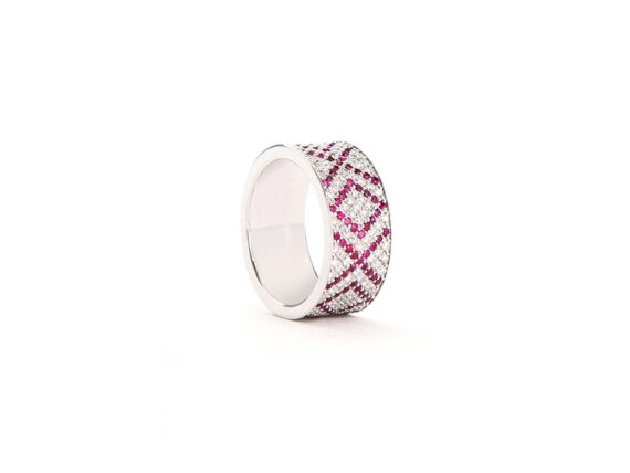 Ambre Victoria Xoxo ring mounted on white gold with white diamonds and rubies