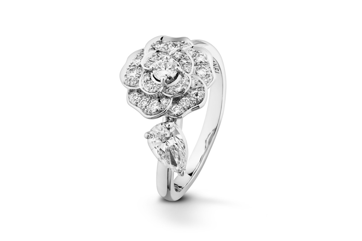 Chanel Camélia Précieux ring in 18k white gold and diamonds with center diamonds