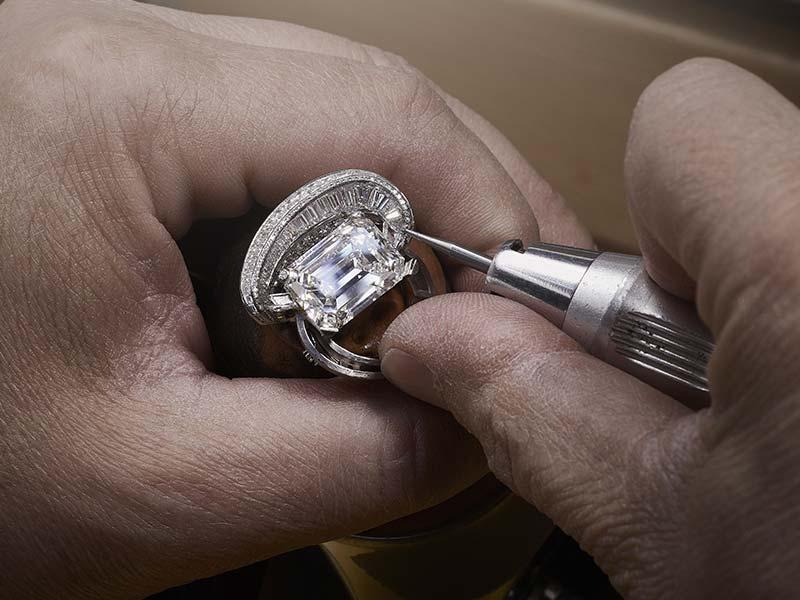 de Grisogono - Montre Luna Diamante en or blanc sertie de 81 diamants blancs taille baguette pour un poids total de 7,85 carats et plus de 505 diamants taille brillant. Bracelet serti de 6 diamants taille émeraude pesant 5 à 10 carats chacun