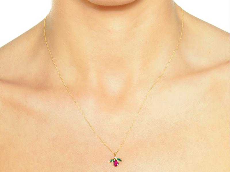 Collier Mouche en or jaune filigrane serti d'un diamant, d'un rubis et d'émeraudes par Christina Soubli