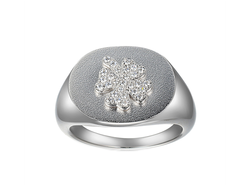 Bague chevalière en or blanc et diamants de synthèse par Innocent Stone et The Daily Deb