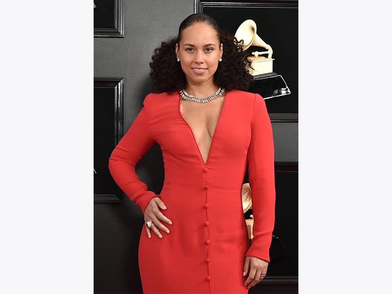Alicia Keys porte un collier et une paire de boucle d'oreilles Bulgari Grammy 2019