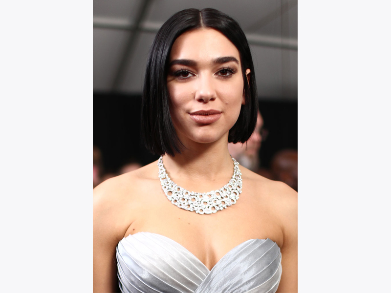 Dua Lipa porte un collier Bulgari Grammy 2019