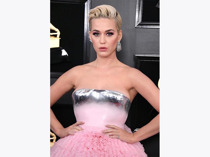 Katy Perry porte des boucles d'oreilles Djula Grammy 2019