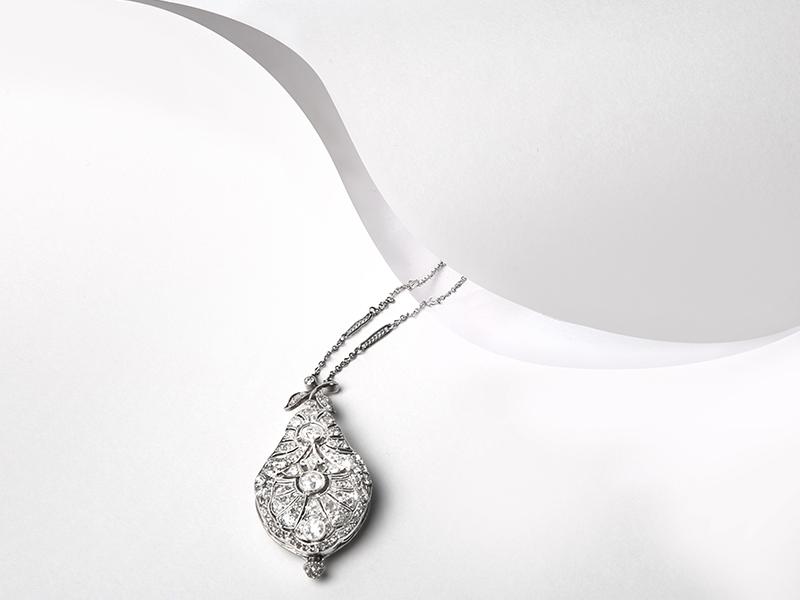 Pendentif-montre en platine, or blanc et diamants des années 1900 · 4 940 €