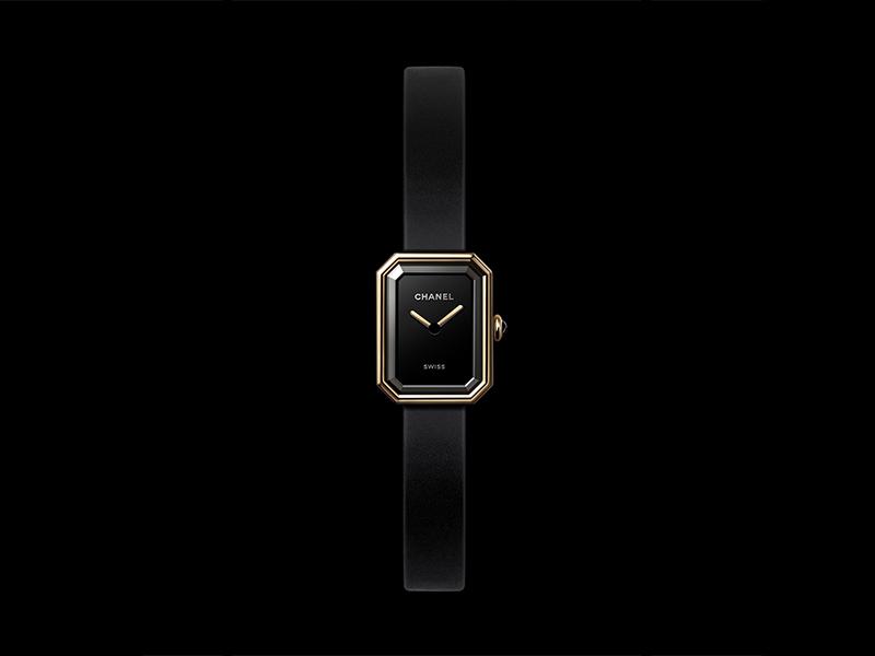 Chanel - Montre Première Velours en or jaune et titane, bracelet en caoutchouc noir toucher velour et cadran laqué