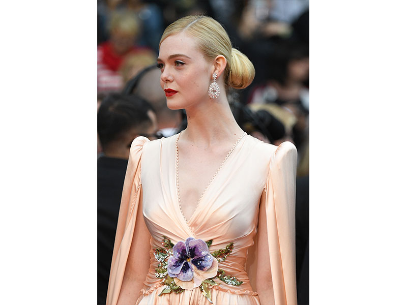 Chopard - Elle Fanning porte une paire de boucles d'oreilles en diamants de la collection Red Carpet de Chopard, une bague en tourmaline et diamants de la collection Temptations, ainsi qu'une bague sertie de diamants de la collection Magical Setting.